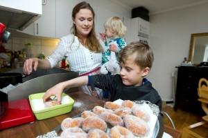 Sara Clarstedt och barnen Johan och Karolin.