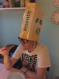 Per med kasse på huvudet