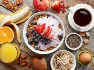 Hälsosam frukost framdukad på bord