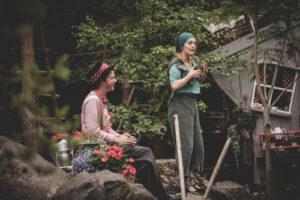 Två skådespelare i skogen