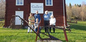 Tre kvinnor och två män framför Galleri Södergården